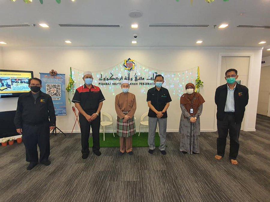 The IIUM CIO, Prof. Dato' Dr. Norbik Bashah Idris and team for the collaborations with JAKIM on Kajian Hukum Mengenai Kesan Permainan Digital Berunsurkan Keganasan Terhadap Masyarakat