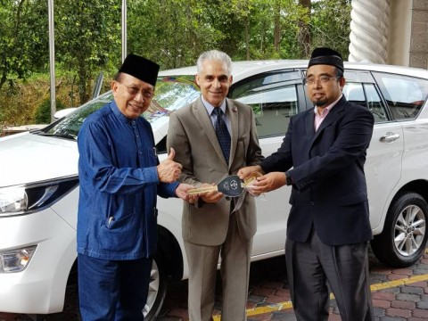 IIUM President Handed Over Multipurpose Vehicle to ISTAC